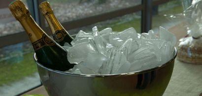 Saladier plein de glaçon avec deux coupes de champagne