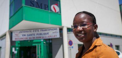 Une participante de l'université d'été francophone en santé publique devant l'UFR SMP.