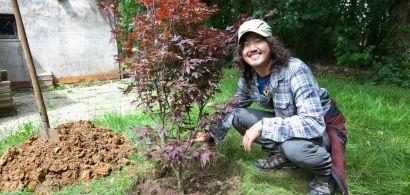 Portrait de Yuji Miyata à côté de l'arbre