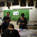 Un groupe d'enseignants en formation participe à un atelier arts plastiques