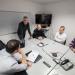 Une salle de réunion avec des membres de l'entreprise Parkéon, Fabrice Bouquet et deux étudiants.
