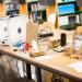 Une imprimante 3D et différents objets qu'elle permet de fabriquer.