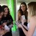 Plusieurs jeunes filles souriantes autour d'un stand