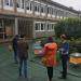 Plusieurs personnes de dos devant des ruches devant les bâtiments de l'IUT