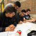 Quatre étudiants travaillant en groupe