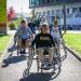 Plusieurs étudiants en fauteuil roulant en train de discuter en extérieur