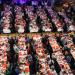 Photo en plongée des tables de repas lors du Tour du monde en 80 plats