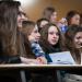 Un groupe de lycéennes dans un amphithéâtre.