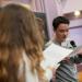 Un lycéen tient un micro et parle en regardant sa feuille.