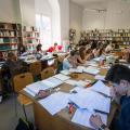 Des étudiants révisent à la BU
