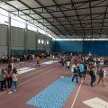 Un gymnase plein de monde.