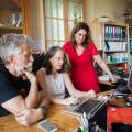 Jean-Marc Petit, Annie Robin et Céline Reylé devant un ordinateur