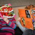 Deux fillettes lisent des livres. Leur visage est caché
